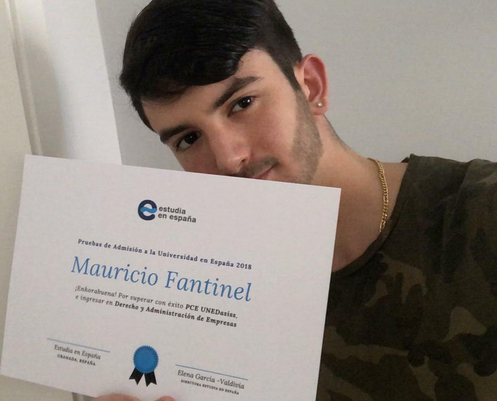 estudiante-mauricio-de estudia-en-españa-con-su-diploma