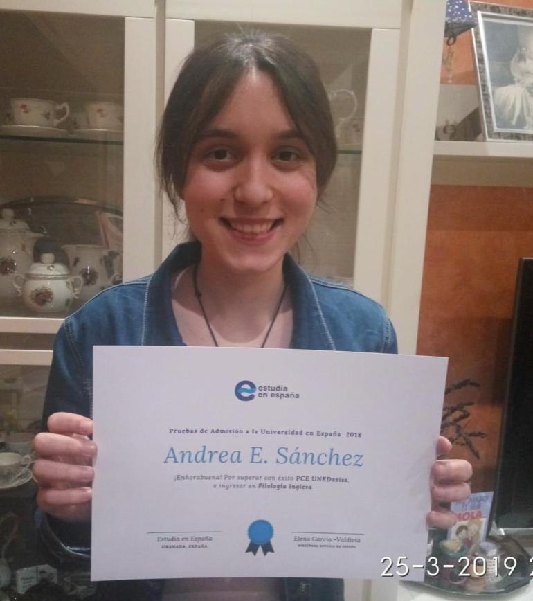 estudiante-andrea-de estudia-en-españa-con-su-diploma